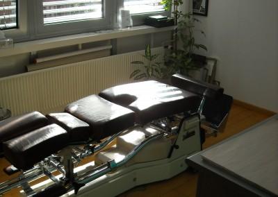 Behandlungszimmer und Behandlungstisch